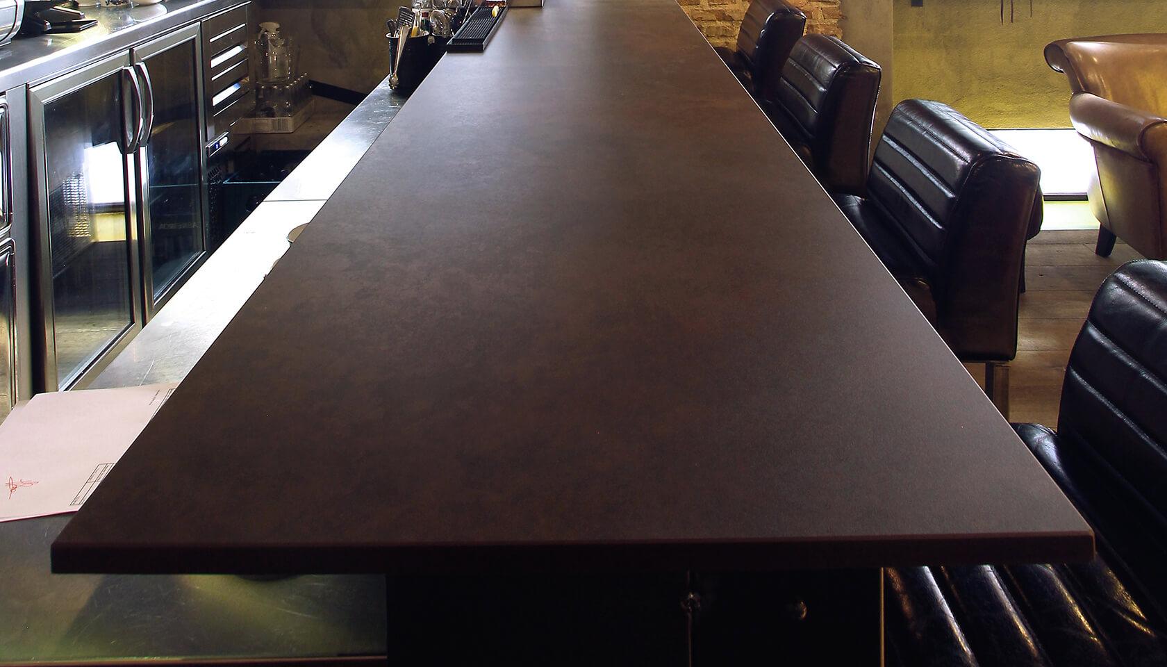 brązowy stół